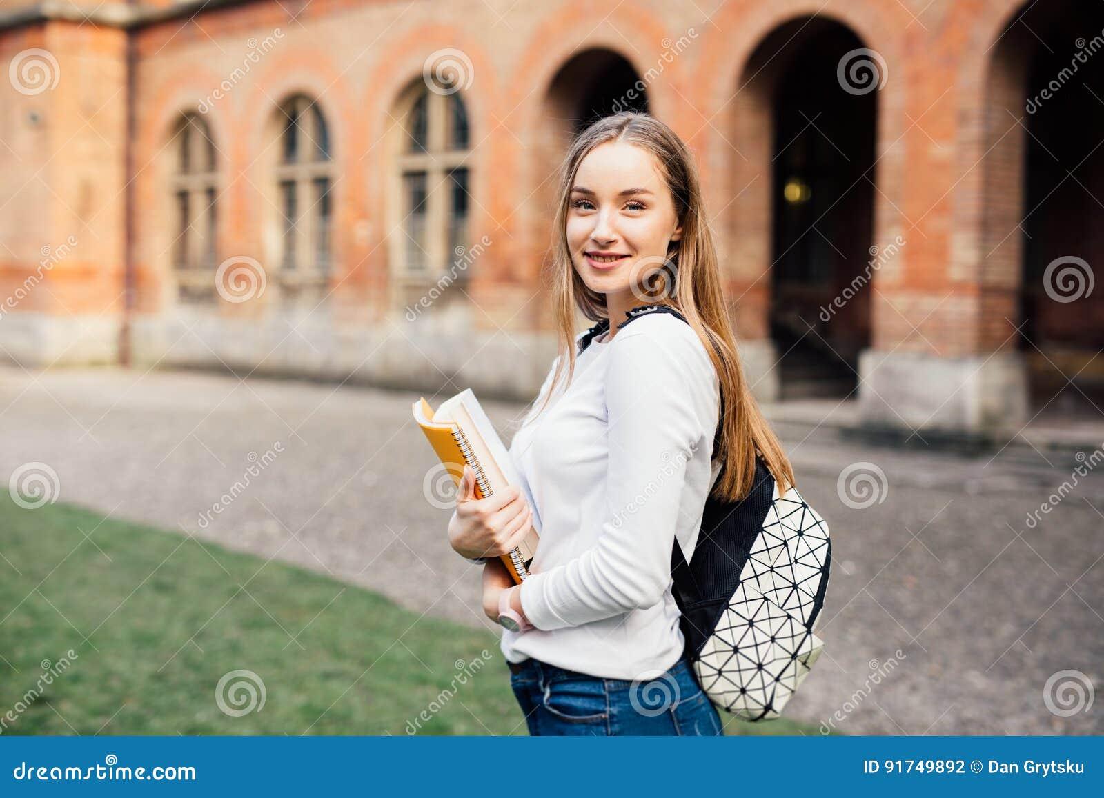 Samica student college   u Szczęśliwa dziewczyna w europejskim uniwersytecie dla stypendium