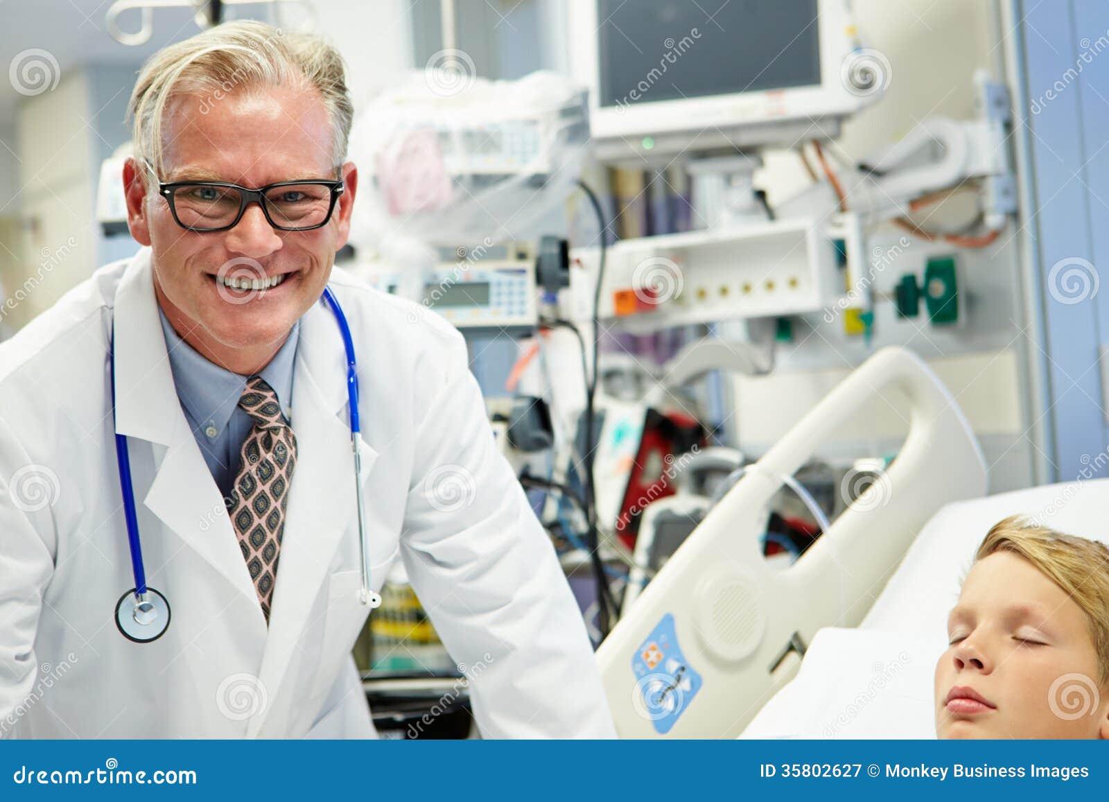 Samiec lekarka Z Sypialnym pacjentem W izbie pogotowia