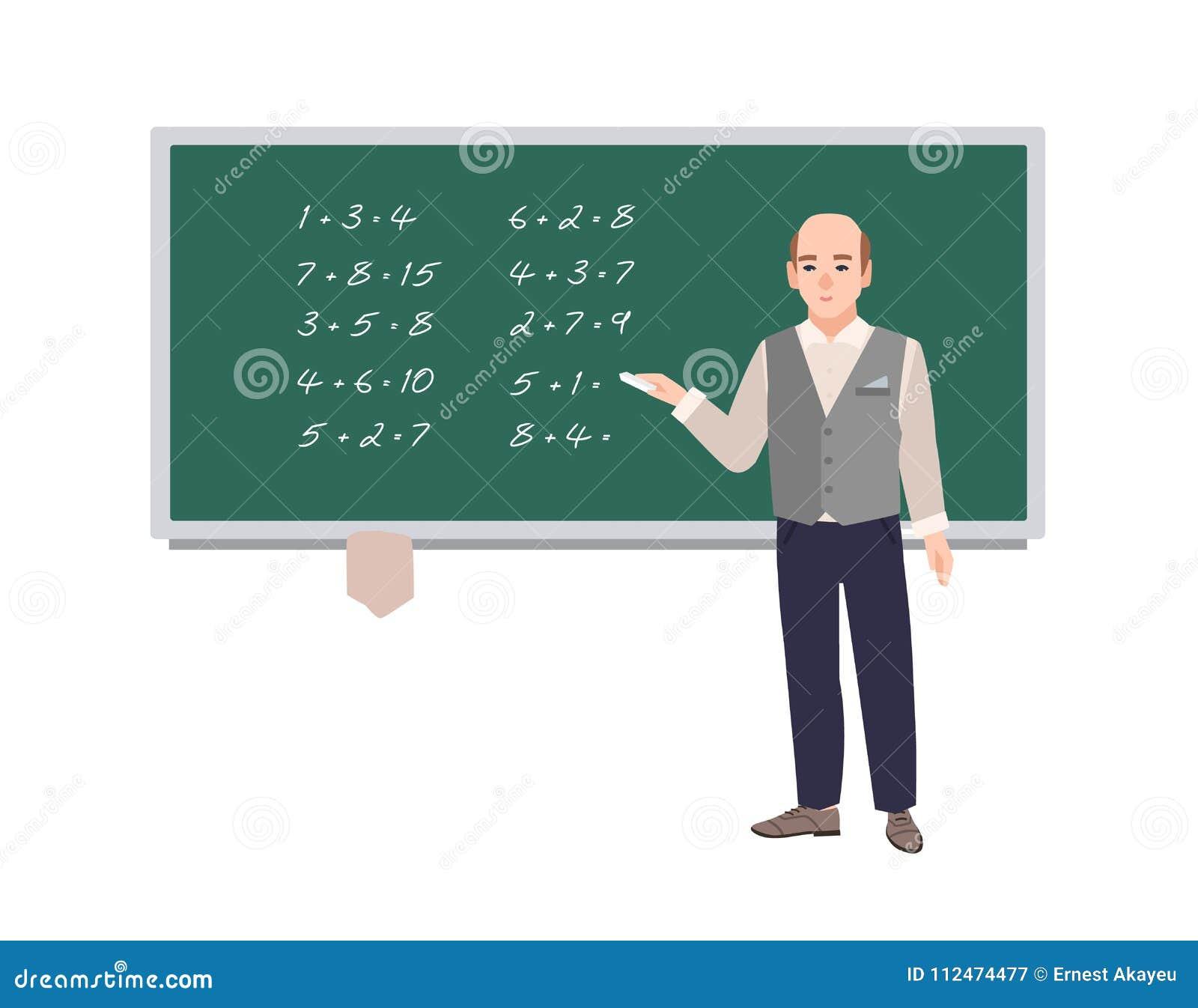 Samiec szkolny nauczyciel matematyki pisze matematycznie wyrażeniach na zielonym chalkboard Uśmiechnięty mężczyzna nauczania math