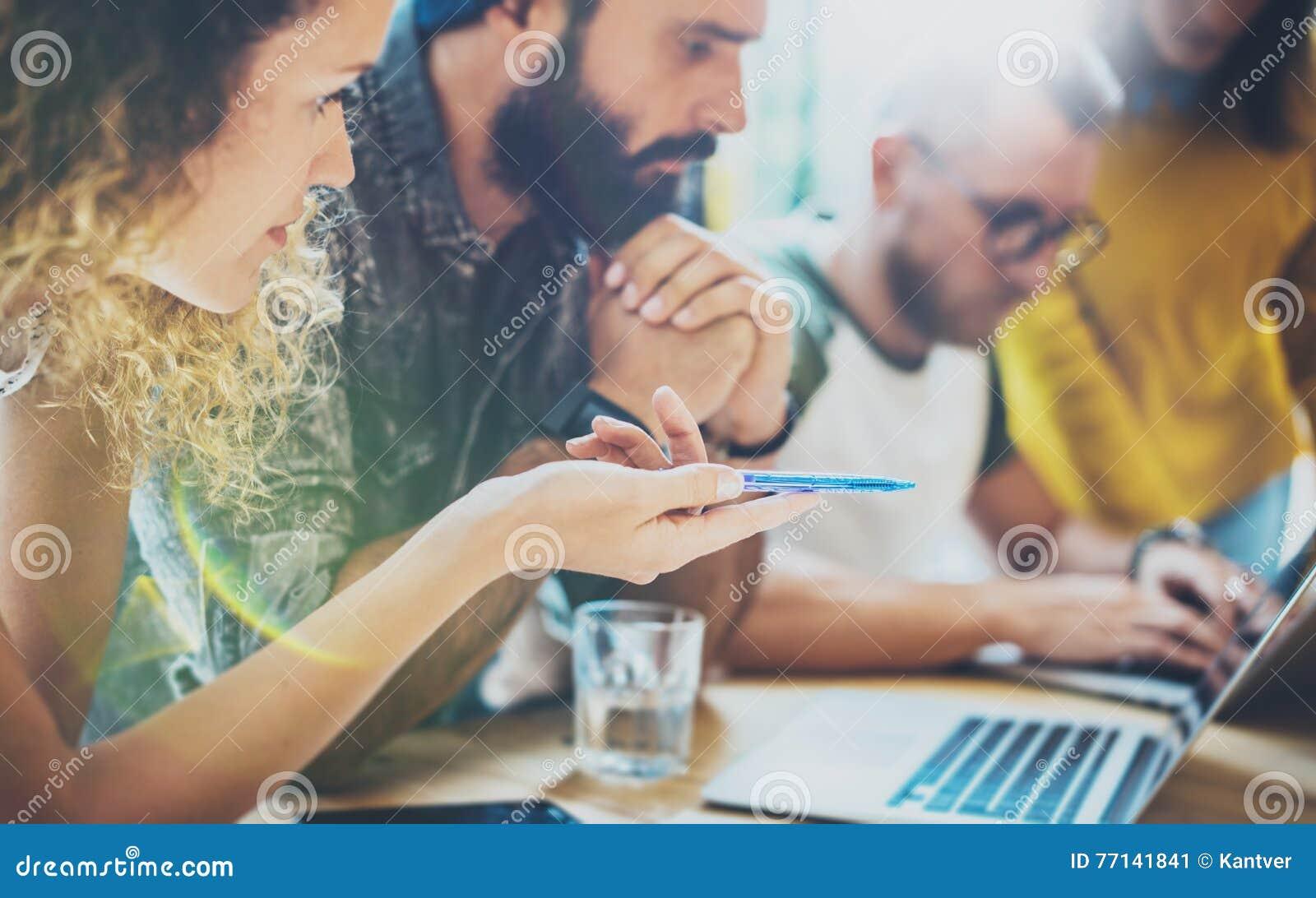 Samlade moderna vänner för Closeupgrupp diskutera tillsammans idérikt projekt Ungt möte för Coworkersaffärskläckning av ideer