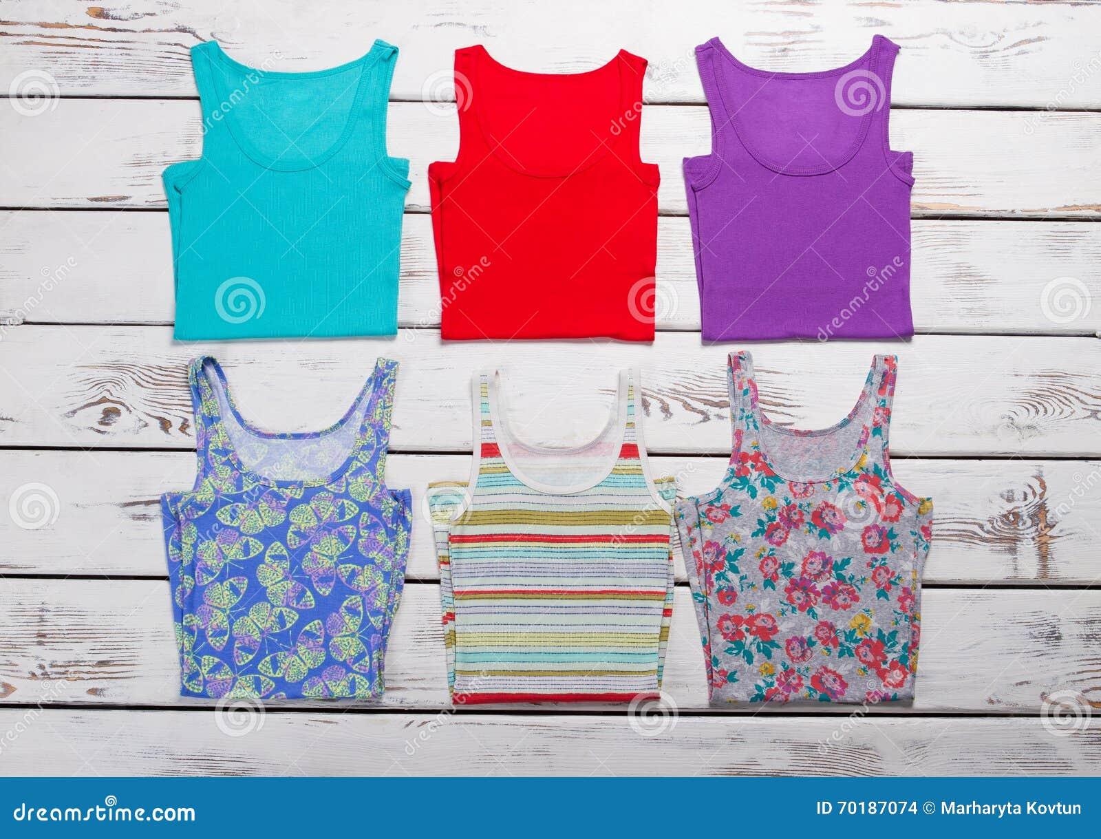Samling av färgrika t-skjortor