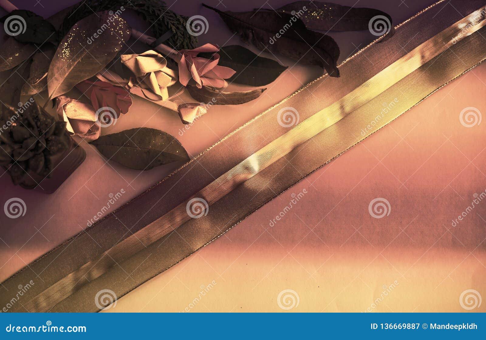 Samling av gamla sidor Handgjort pappers- hantverk Guld- snöra åt på ljust papper Goda för affisch, hälsningar, kort, teman