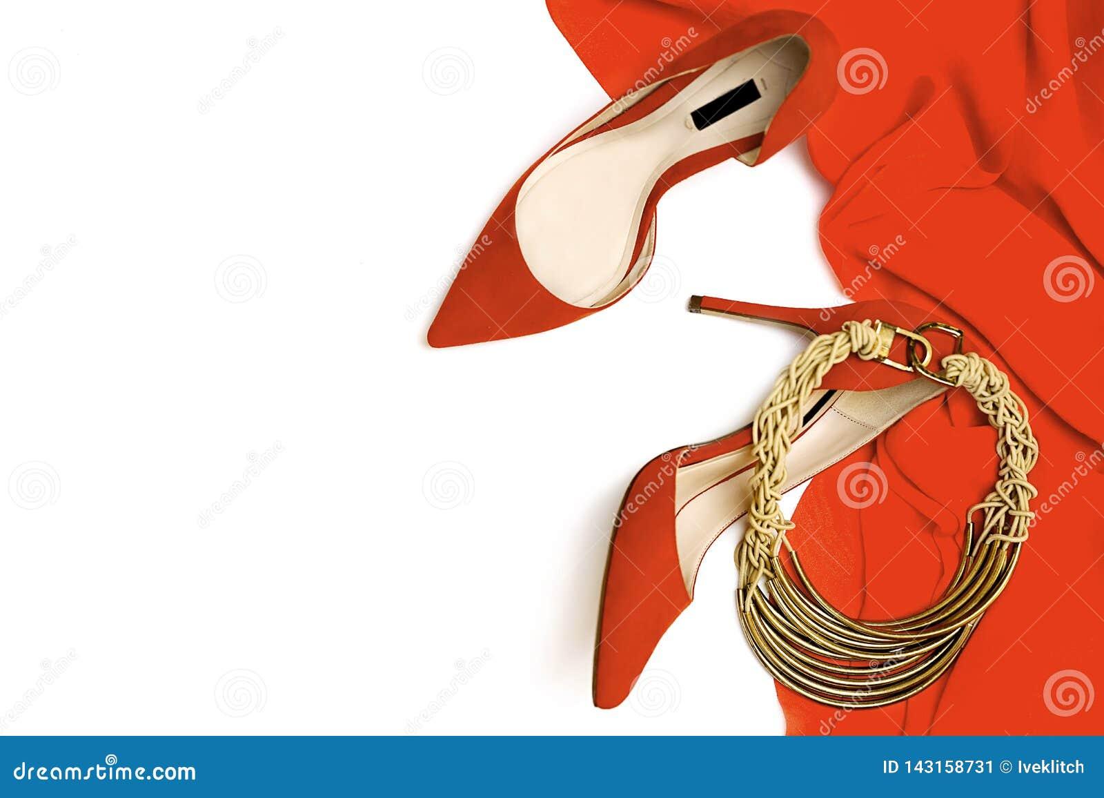 Samling för dräkt för berömparti kvinnlig av färgklänningen för röd korall, skor, tillbehörsmycken på vit bakgrund som isoleras