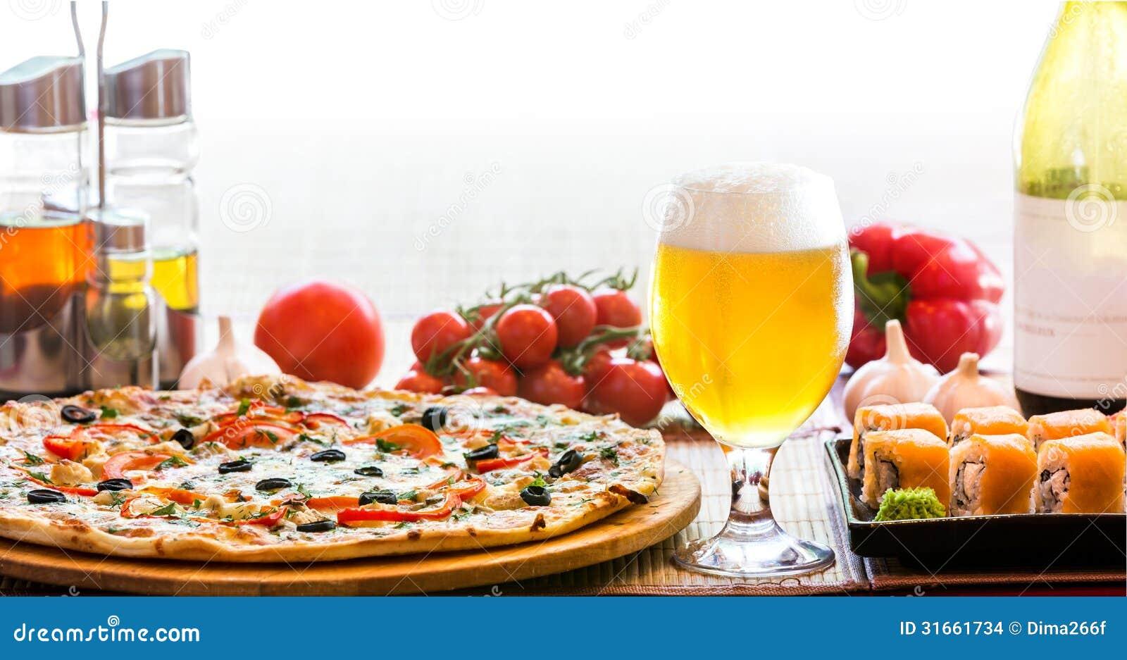Sammansättning av ölsushi och pizza