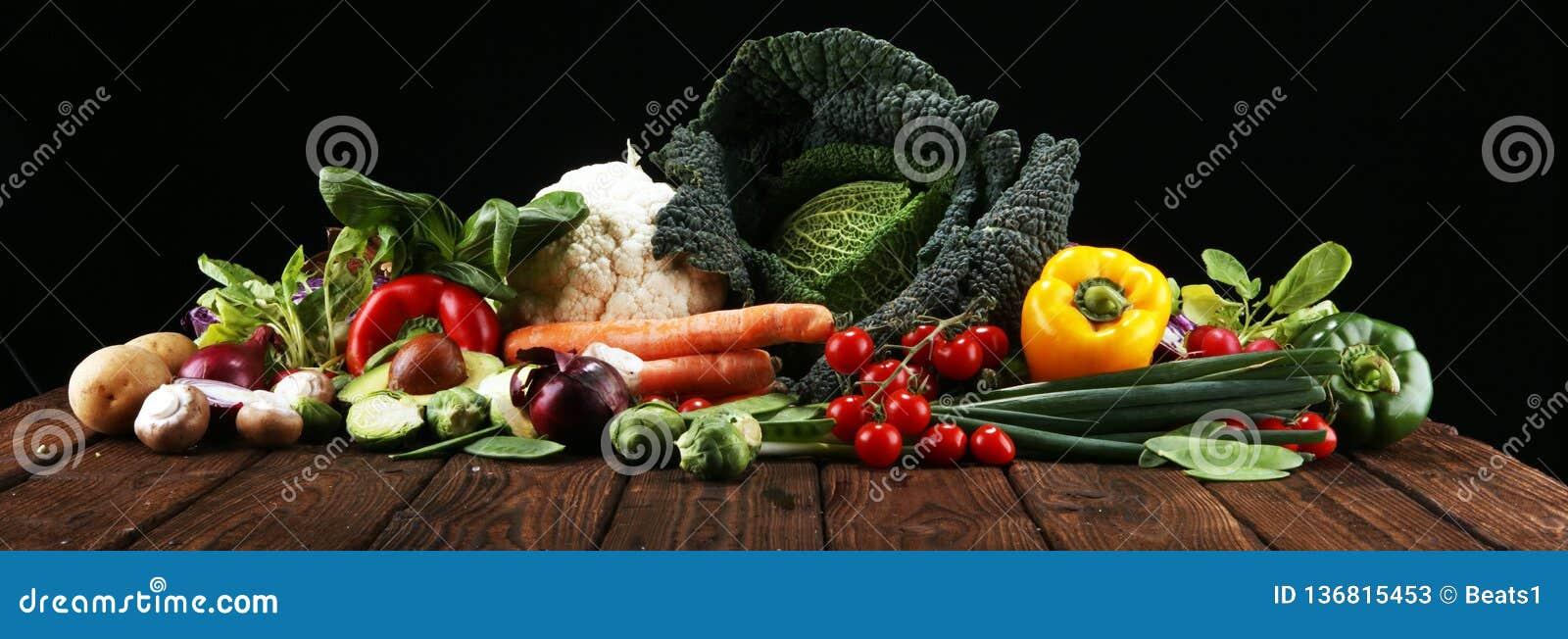 Sammansättning med variation av rå organiska grönsaker och frukter allsidigt banta