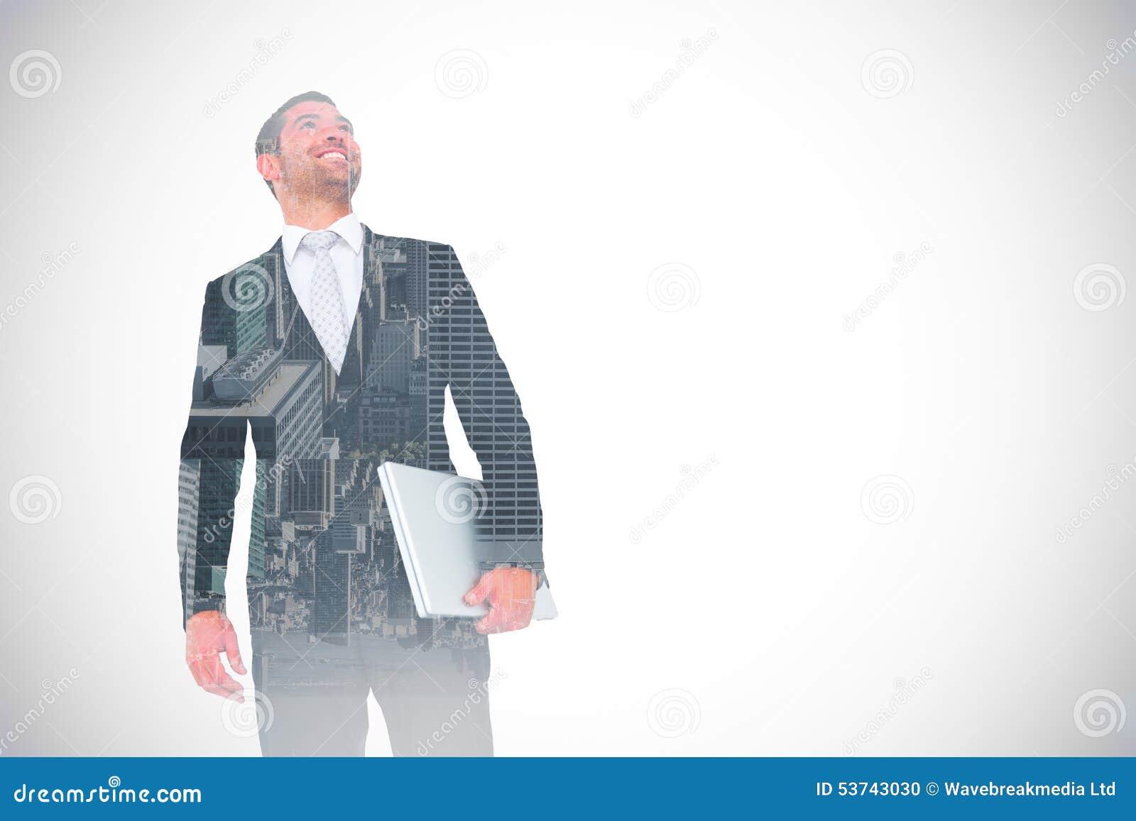 Sammansatt bild av affärsmannen som ser som rymmer upp bärbara datorn