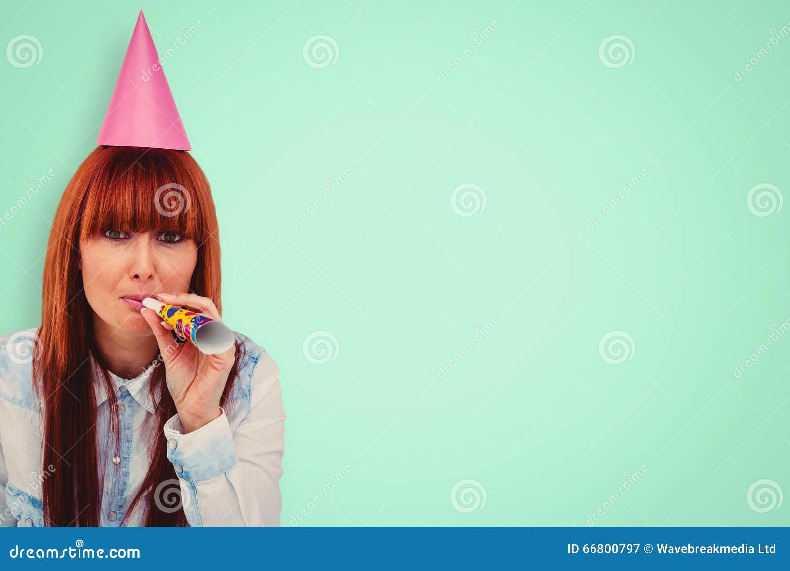 Sammansatt bild av att le partiet för hatt för hipsterkvinna det bärande