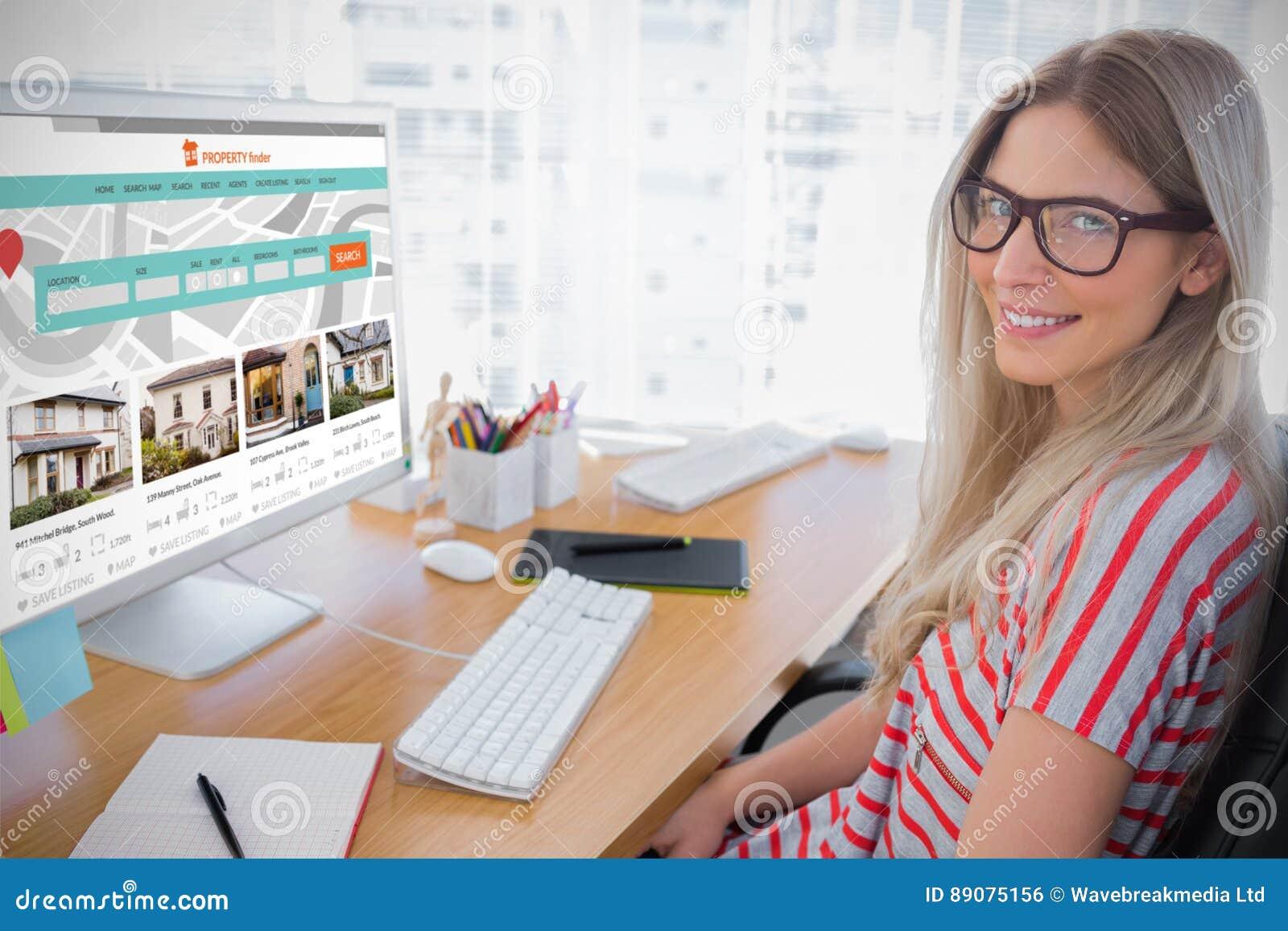 Sammansatt bild av den attraktiva fotoredaktören som arbetar på datoren