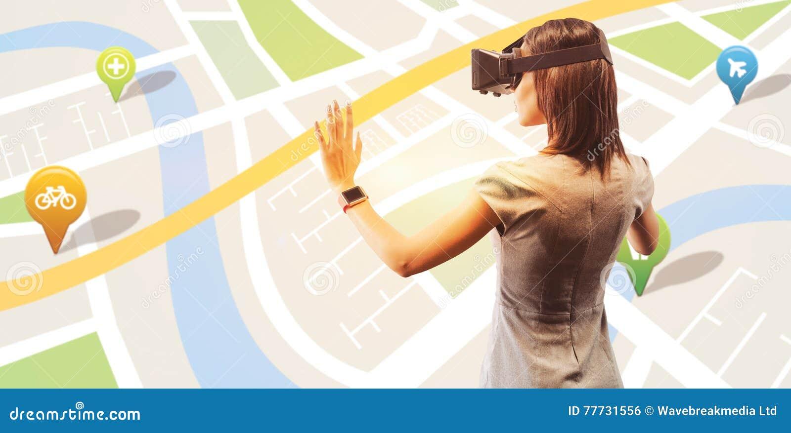 Sammansatt bild av den bakre sikten av affärskvinnan som rymmer faktiska exponeringsglas på en vit bakgrund