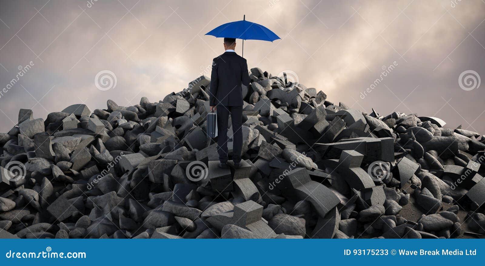 Sammansatt bild av den bakre sikten av affärsmannen som bär det blåa paraplyet och portföljen