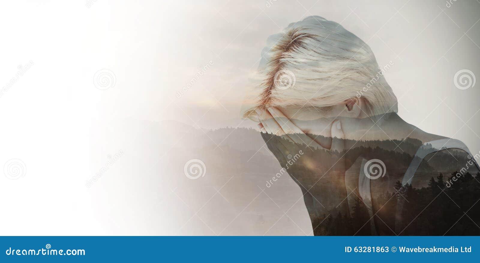 Sammansatt bild av den ledsna blonda kvinnagråt med huvudet på händer