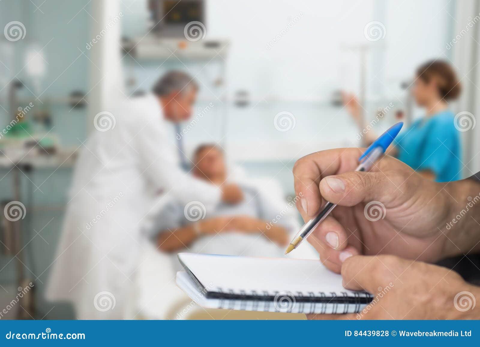 Sammansatt bild av doktorn som kontrollerar patienten med stetoskopet