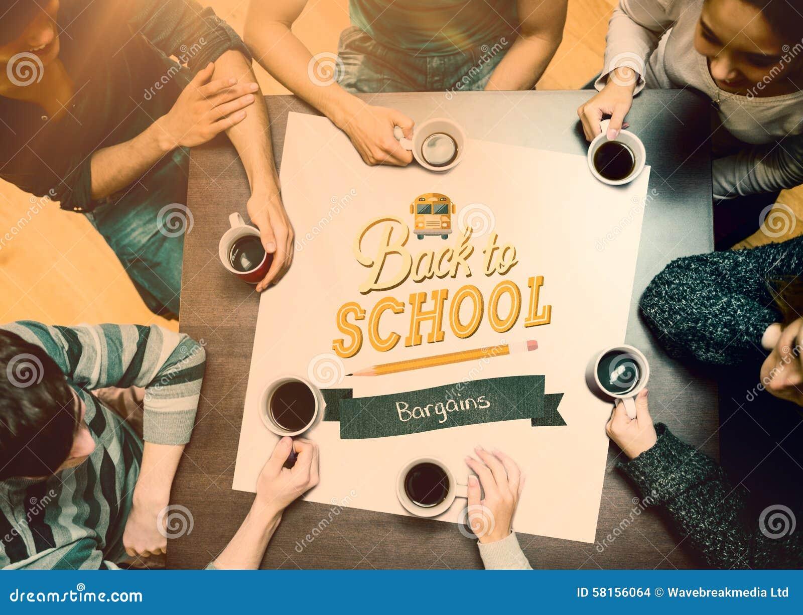Sammansatt bild av folk som sitter runt om tabellen som dricker kaffe