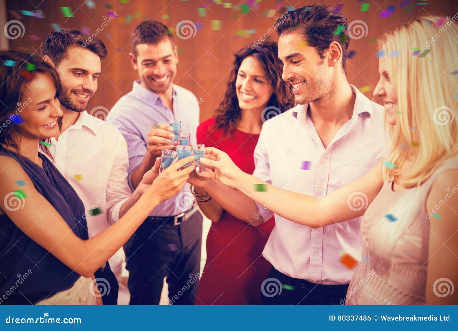 Sammansatt bild av gruppen av vänner som rostar skott