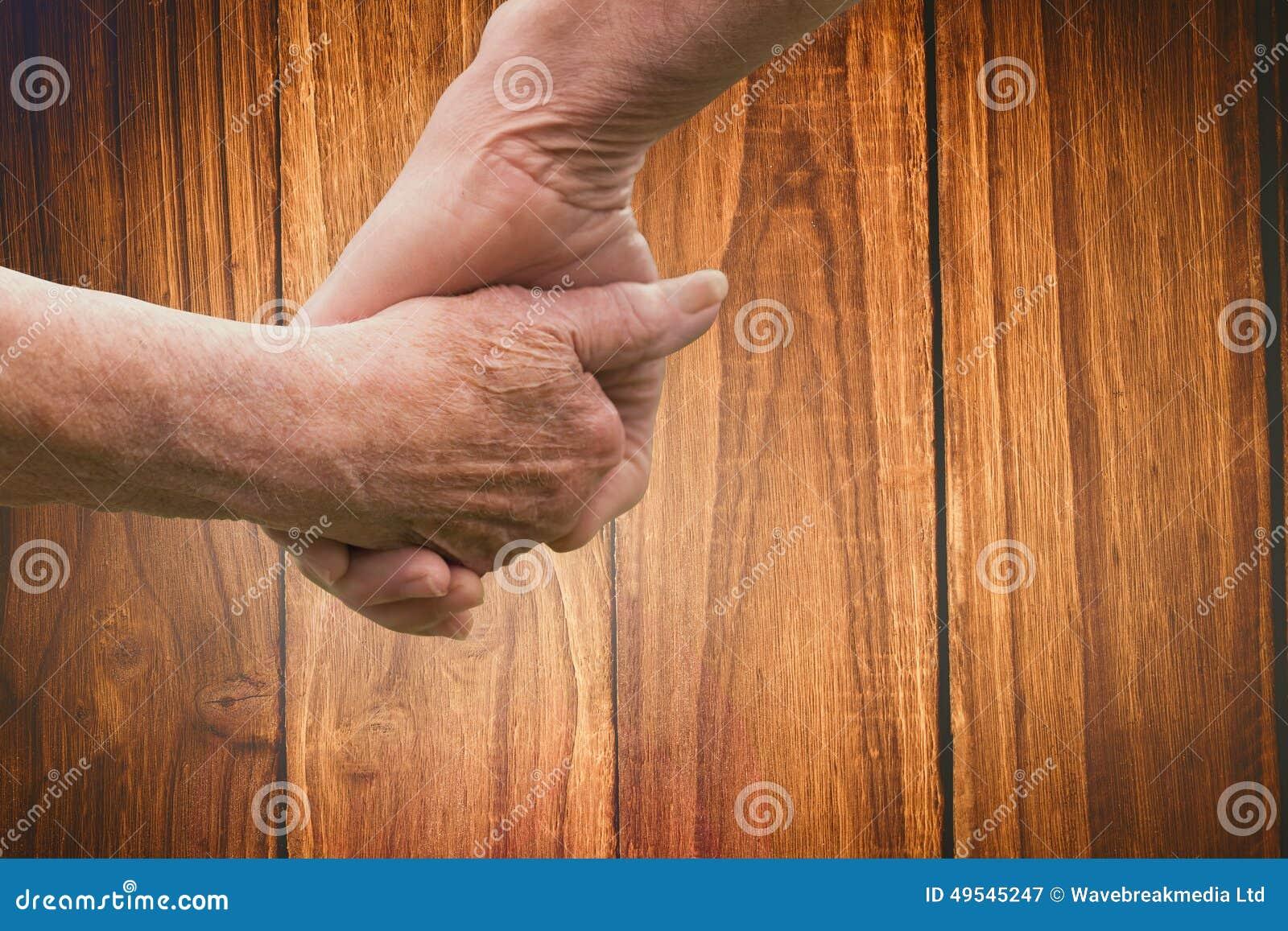 Sammansatt bild av händer för åldringparinnehav
