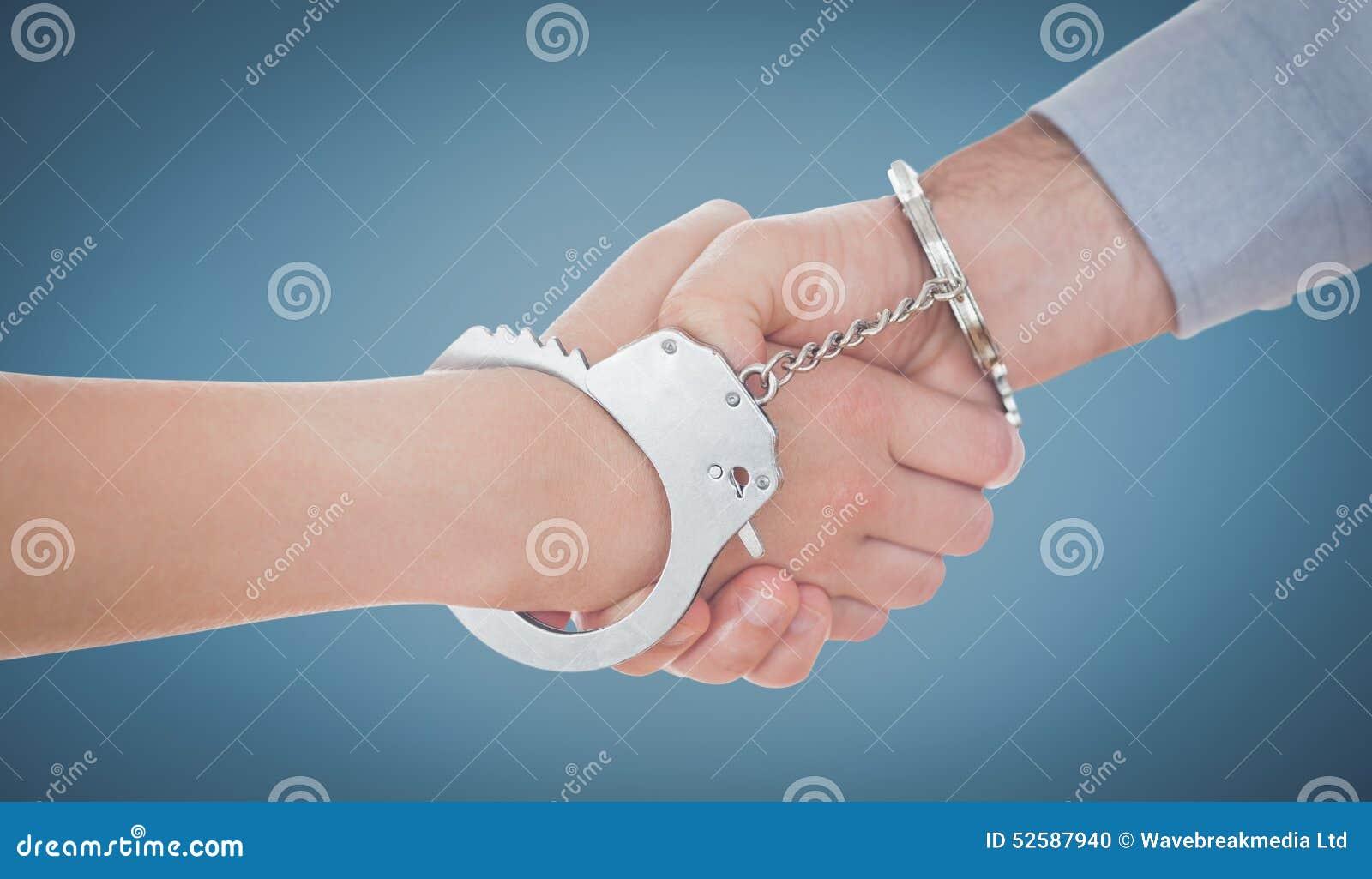 Sammansatt bild av handfängslat affärsfolk som skakar händer