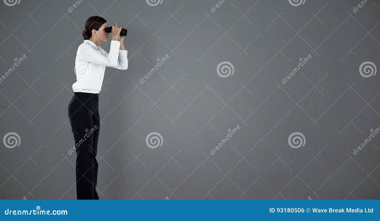 Sammansatt bild av sidosikten av affärskvinnan som ser till och med kikare