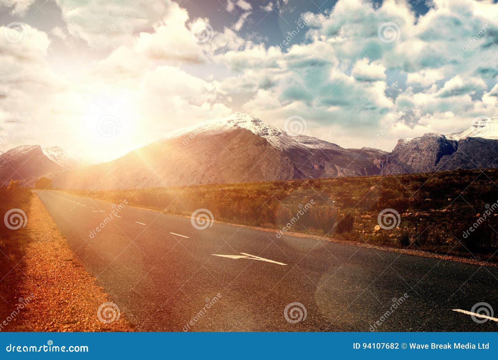 Sammansatt bild av sikten av mulet mot blå himmel