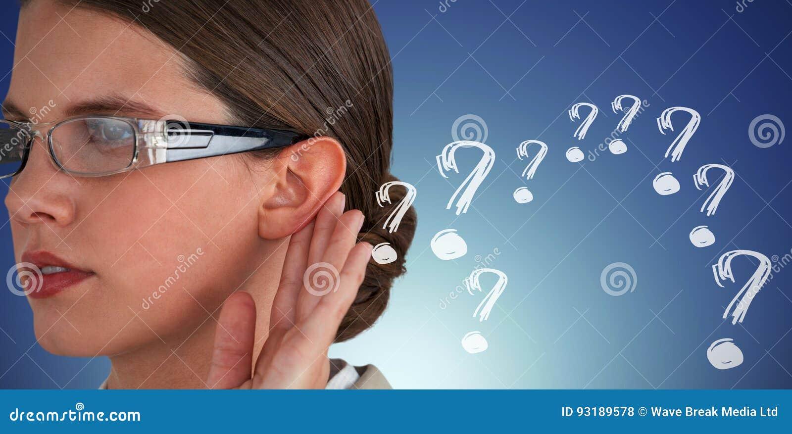 Sammansatt bild av slutet upp av den allvarliga affärskvinnan som försöker att lyssna