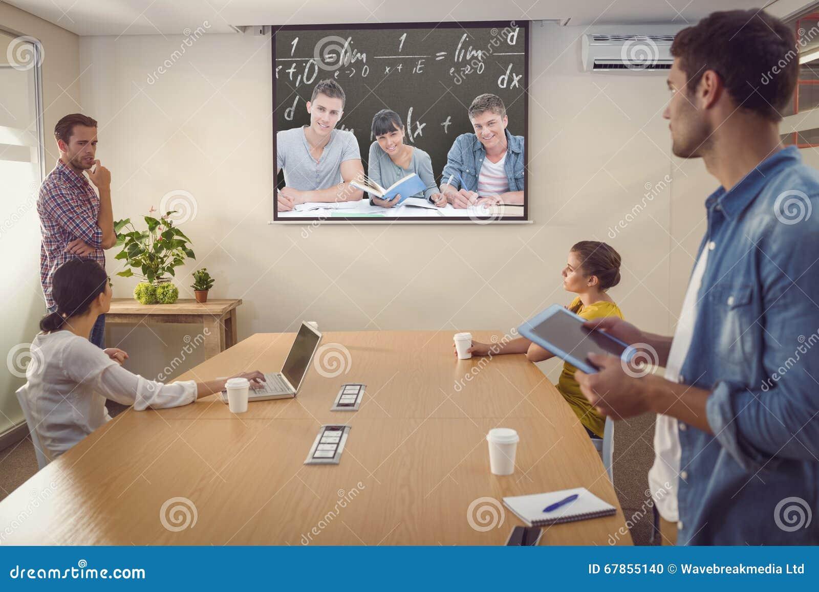 Sammansatt bild av studenter som tillsammans gör arbete, som alla de ser in i kameran