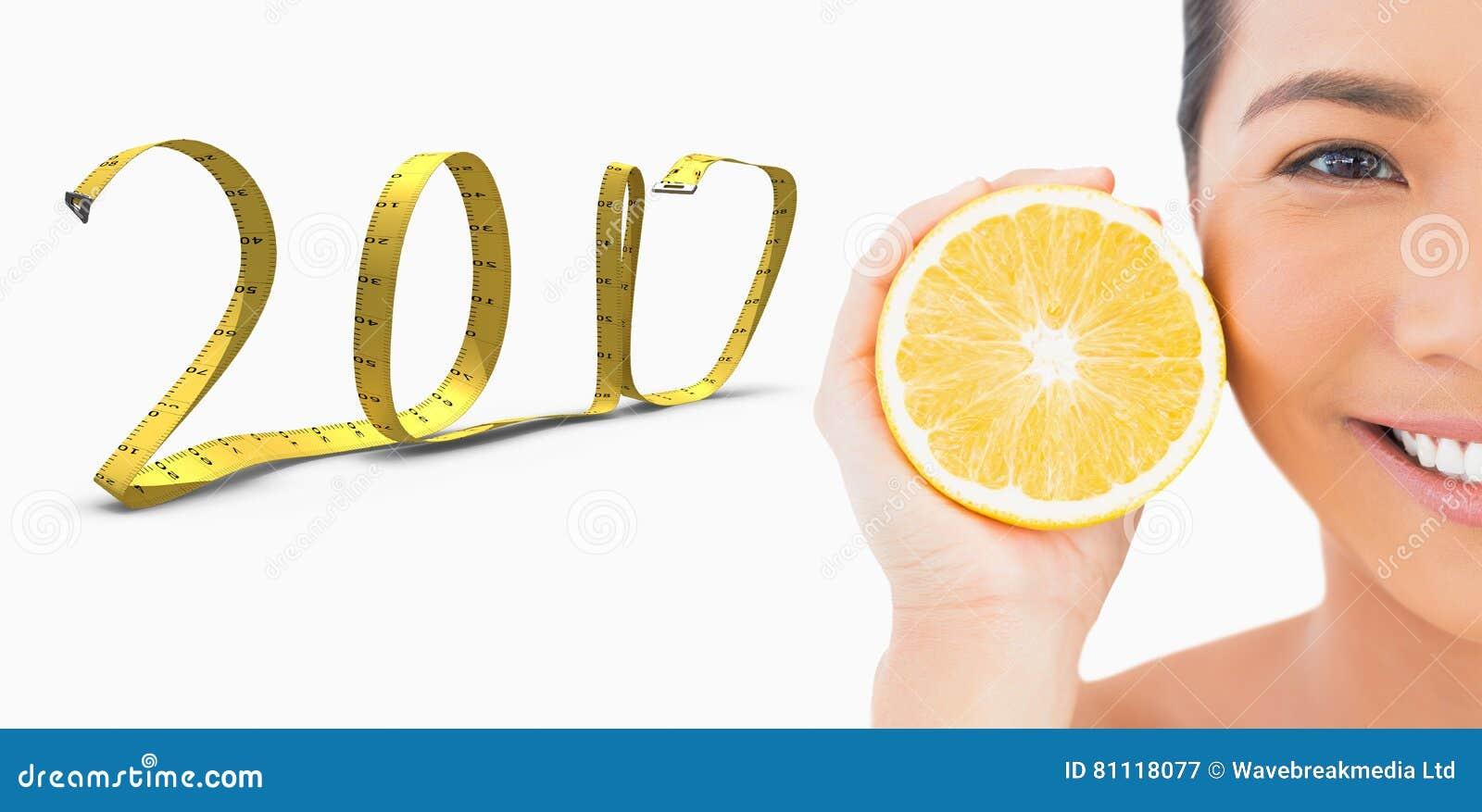 Sammansatt bild 3D av den halva framsidan av att le den nätta kvinnan med apelsinen