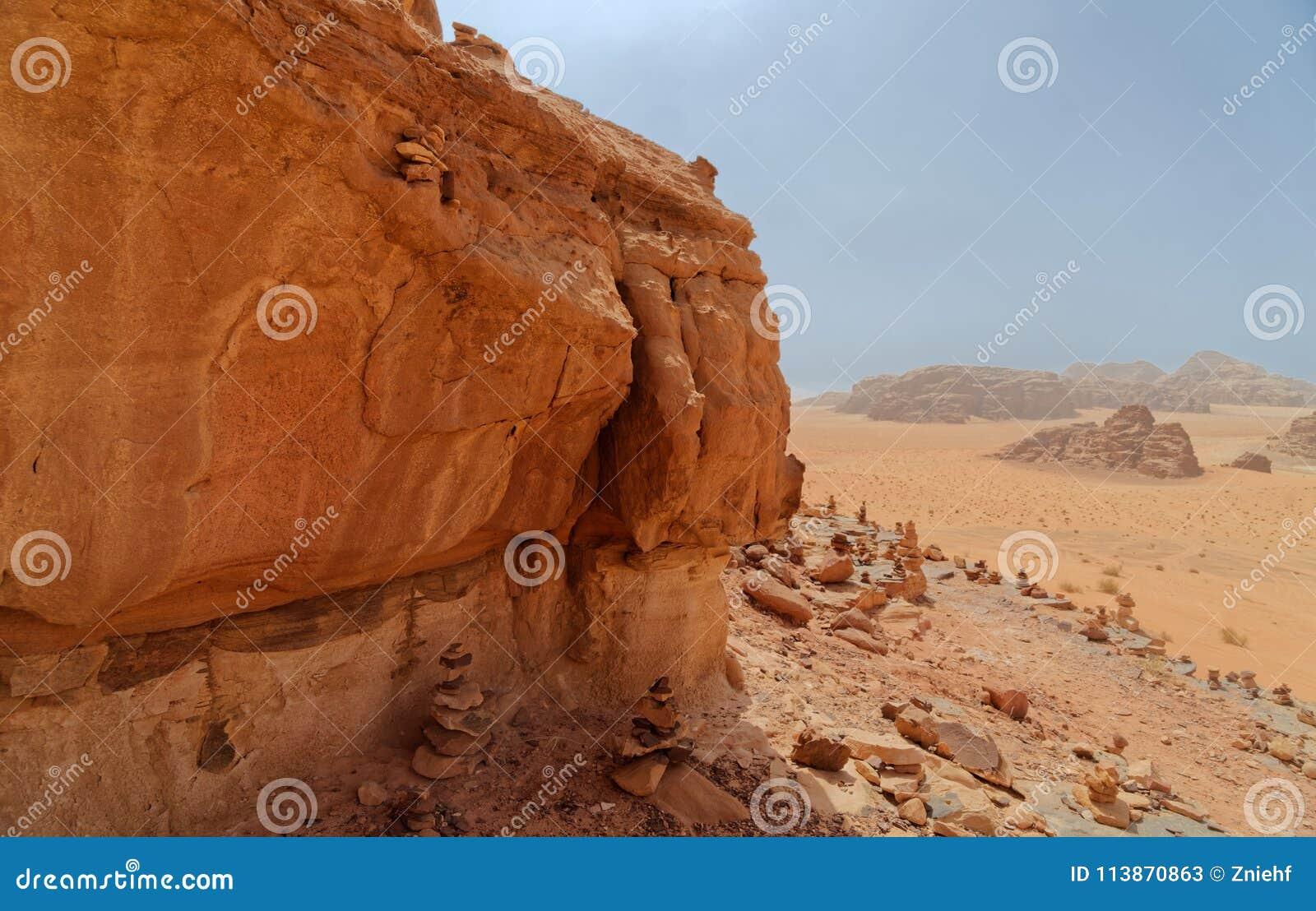 Sammansatt panorama av höga upplösningsflygbilder av ett monolitiskt berg i det centrala området av ökenreserven av Wadi Rum