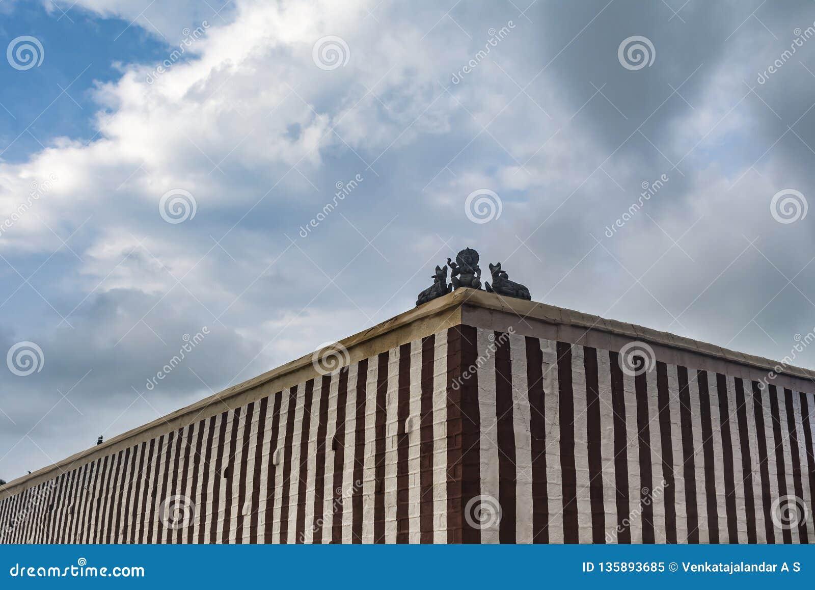 Sammansatt vägg av en hinduisk tempel med gudinnan
