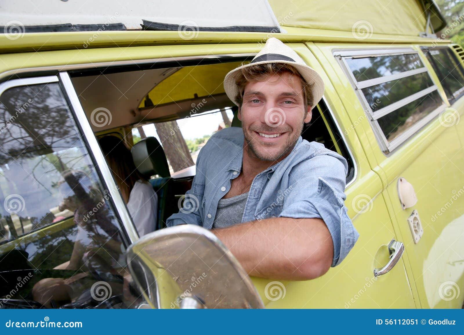 Sammanträde för ung man i campa bil för tappning