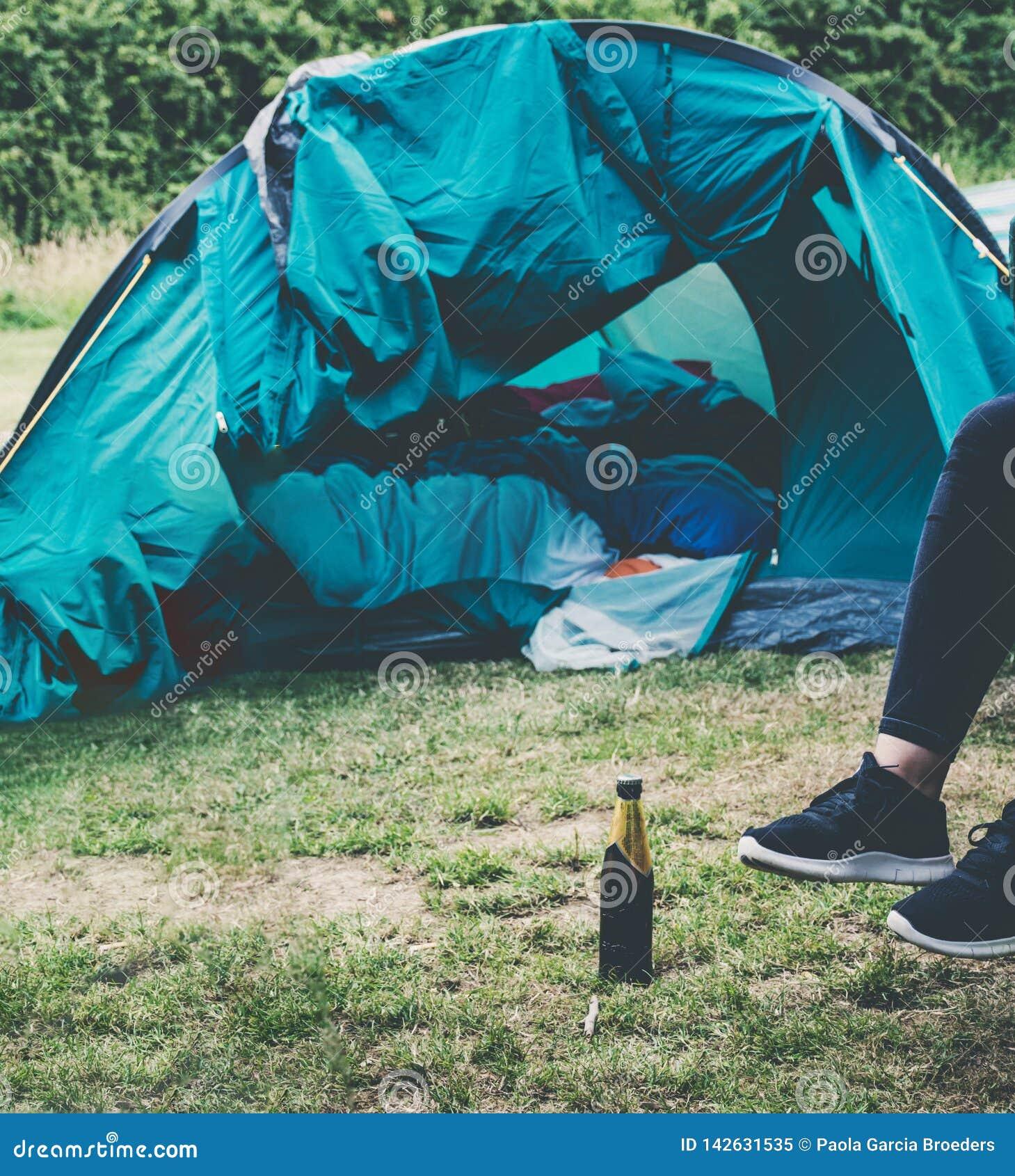 Sammanträde kopplade av utanför ett tält