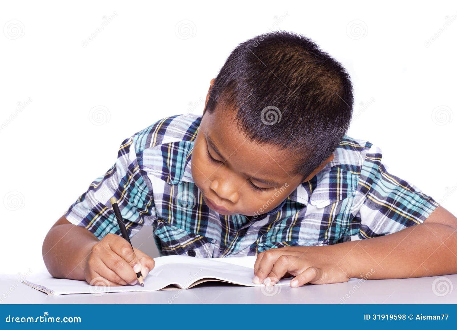 Sammanträde och handstil för skolapojke i anteckningsbok