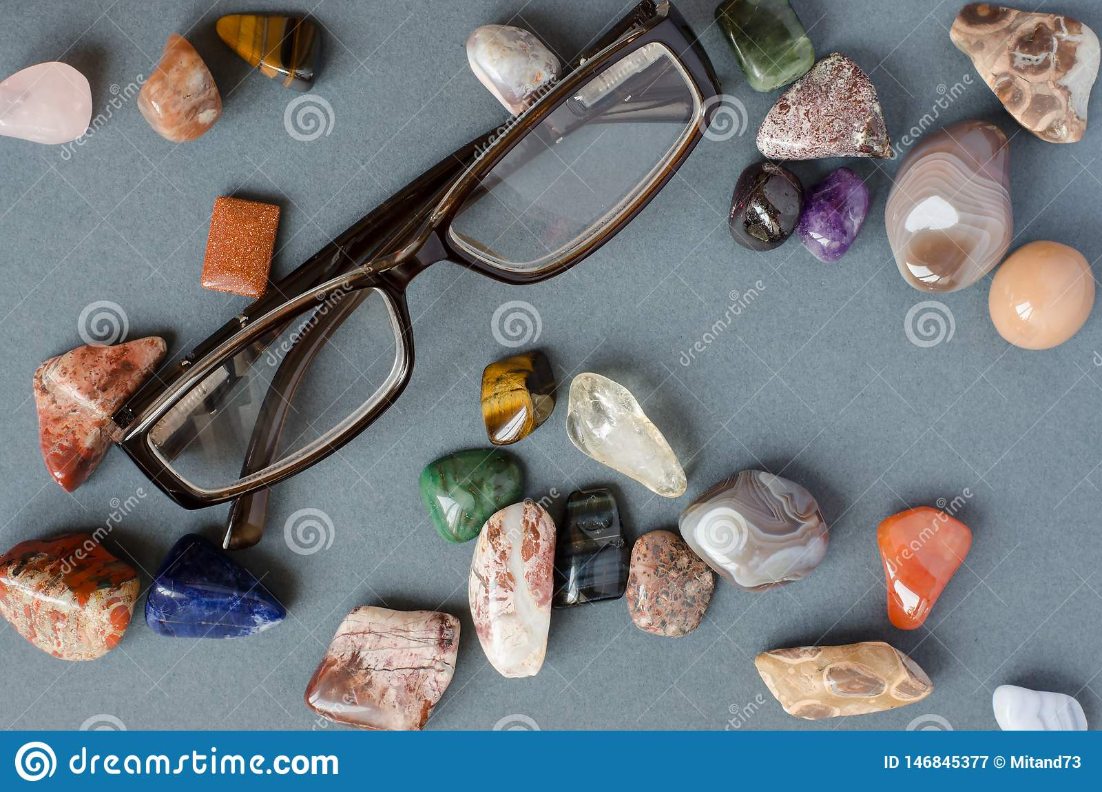 Sammlung Edelsteine auf einem grauen Hintergrund