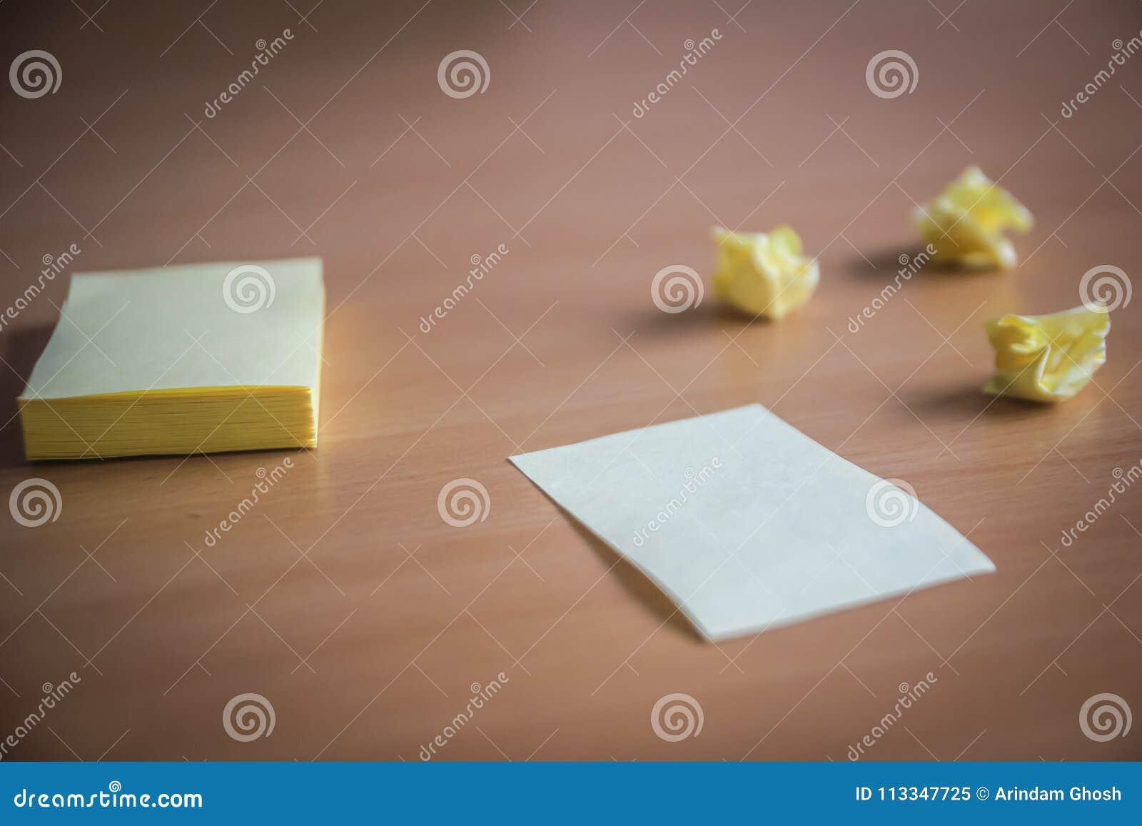 Sammlung von Stiften und von Briefpapierbündel und lose Papiere auf hölzernem Brett Seitenansicht bereit, Ihren Text zu füllen un