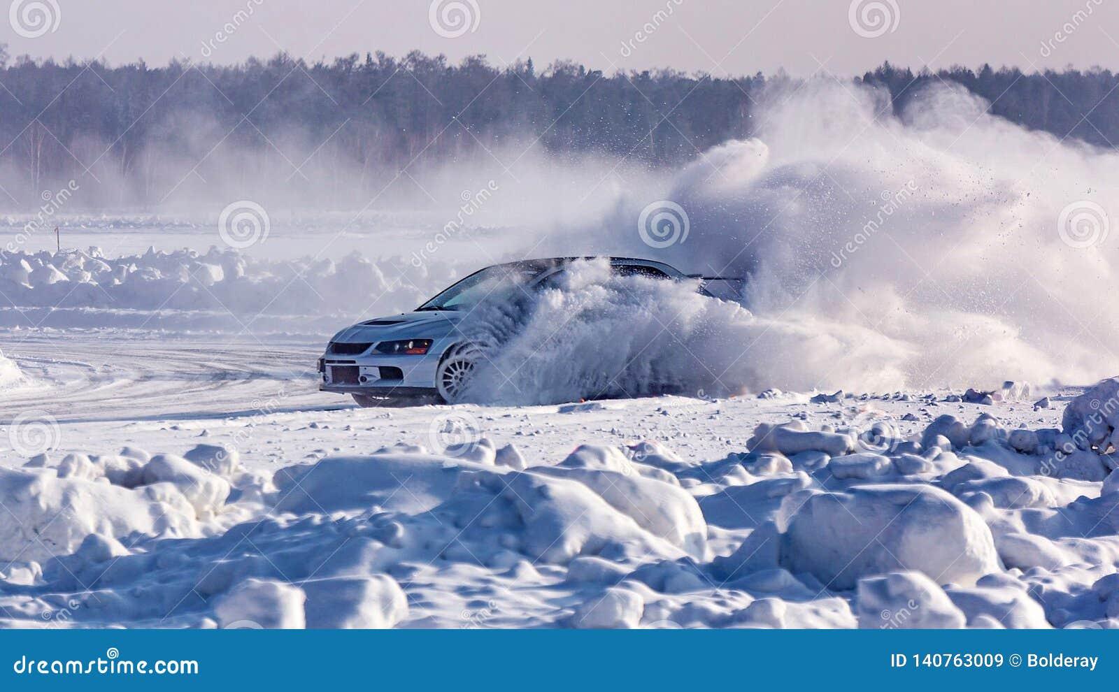 Samochód pośliznął się na śnieżystej zimy drodze Przeciwawaryjny międlenie Ścigać się na lodzie jezioro