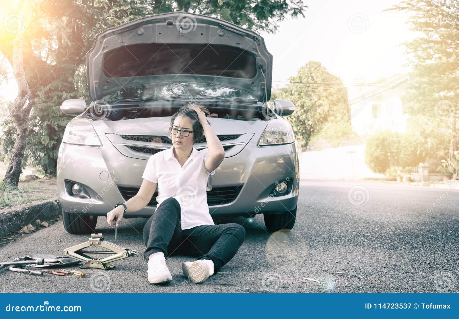 Samochód łamający puszek na drogowej stronie