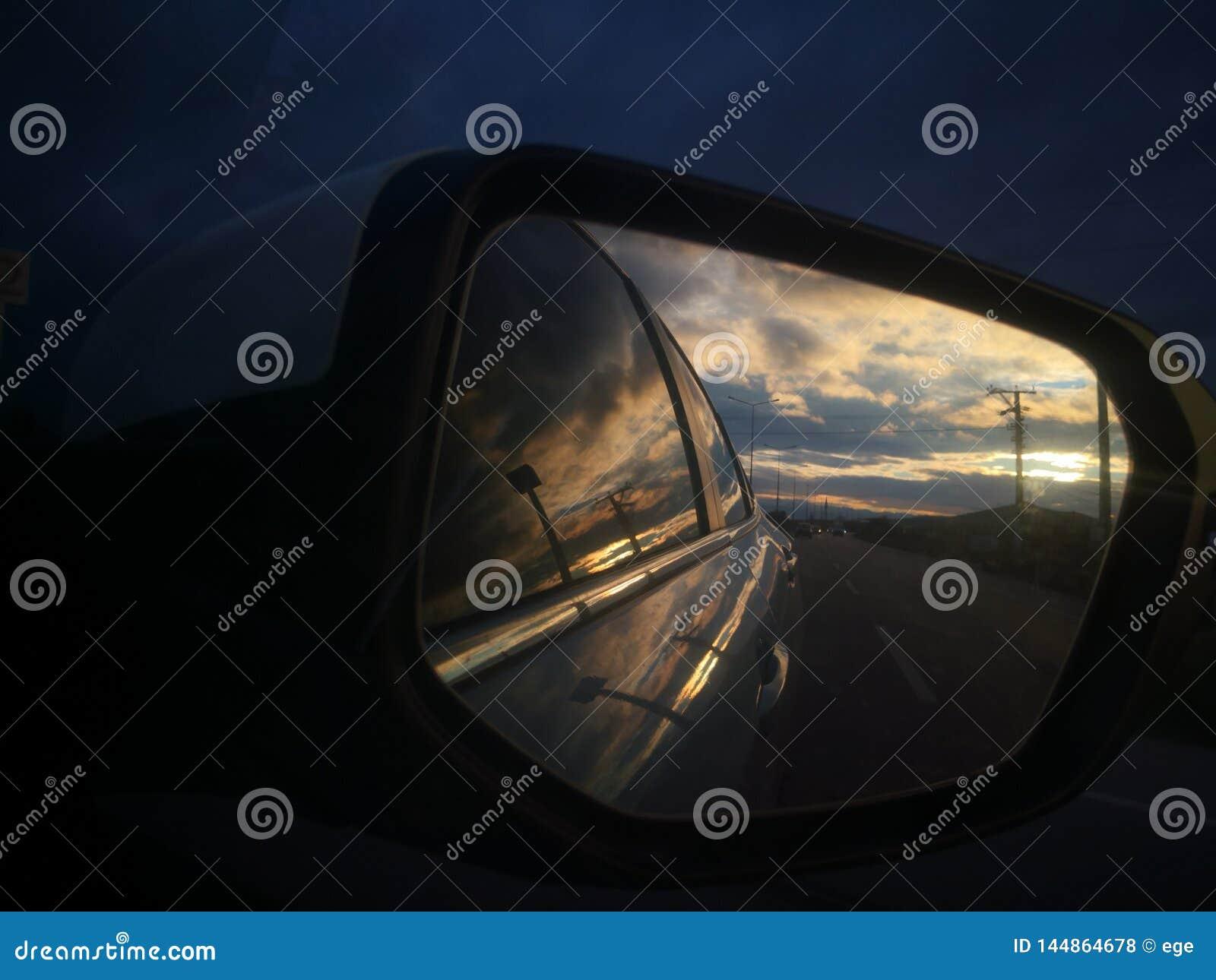 Samochód chmury lustra zmierzchu słońca skorpionu zwierzęcego przyjęcia piękny odzwierciedlać chłodno
