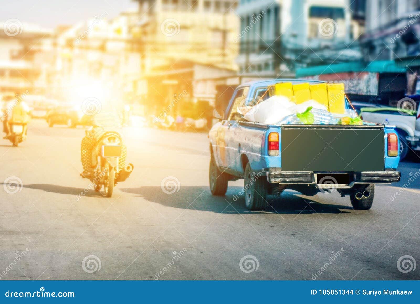 Samochód ciężarówka parkująca na drodze