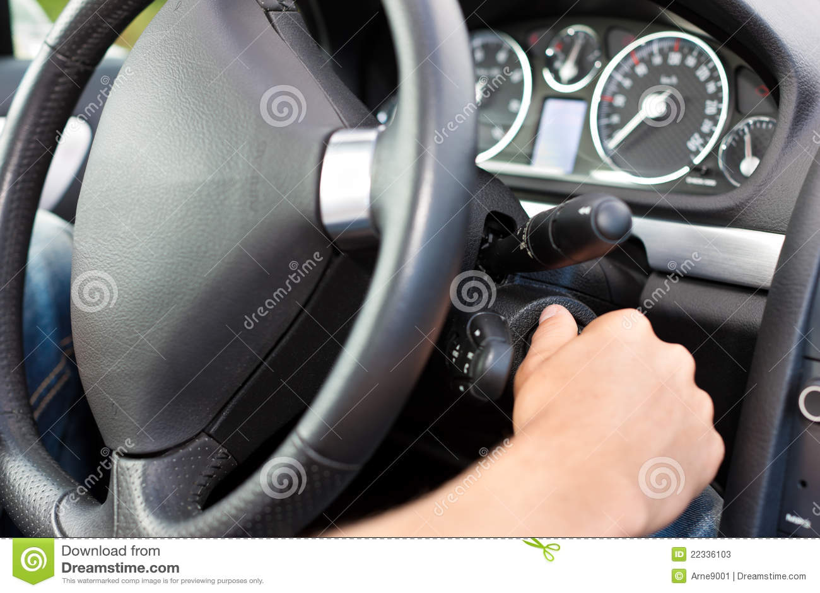 Samochód jego zapłonowy kluczowego mężczyzna kręcenie