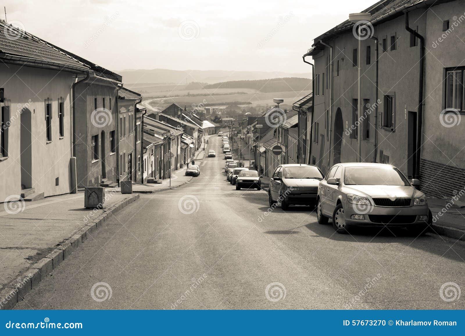 Samochód parkujący w starej Europejskiej miasto ulicie