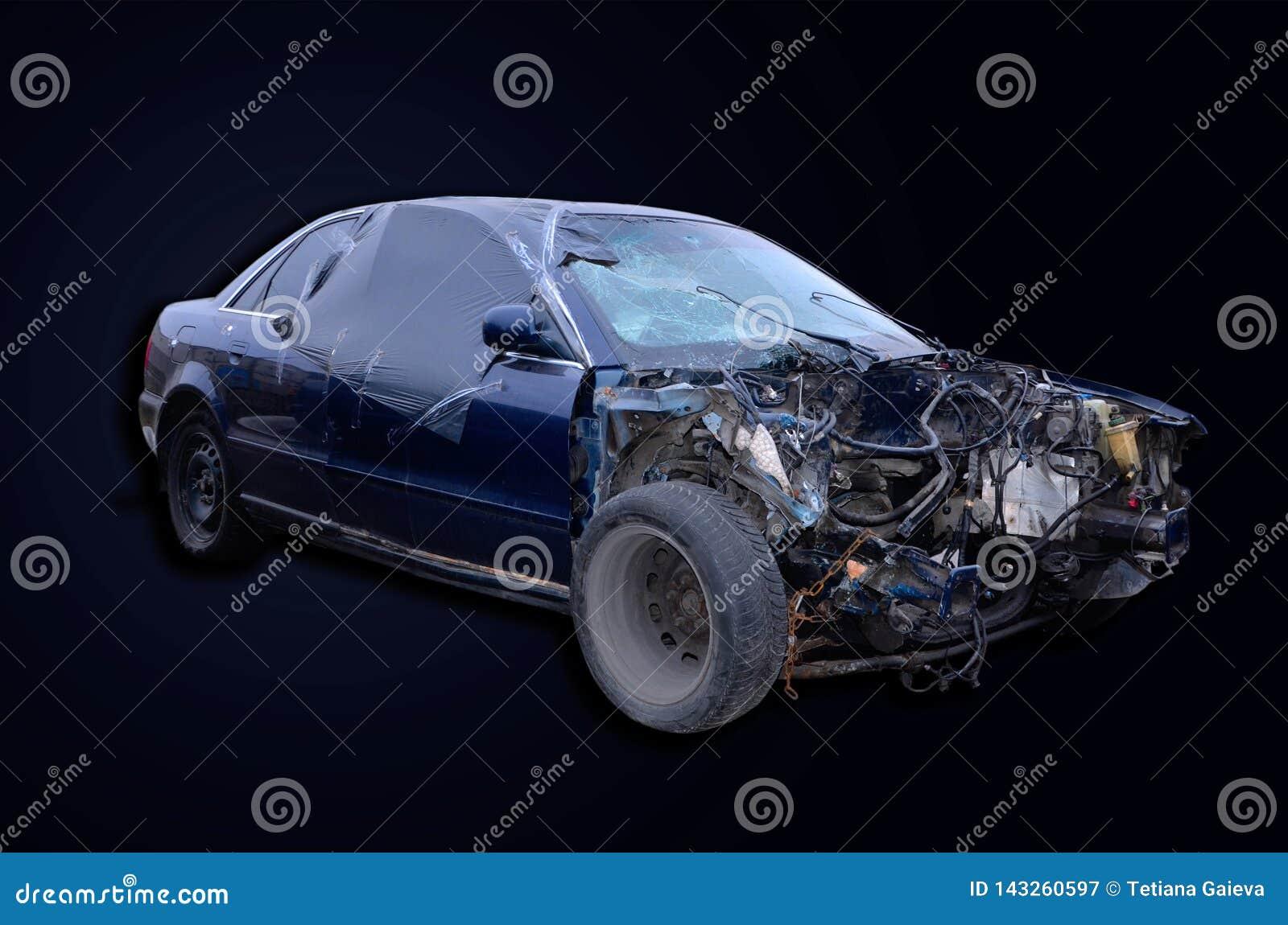 Samochód po wypadku bez silnika