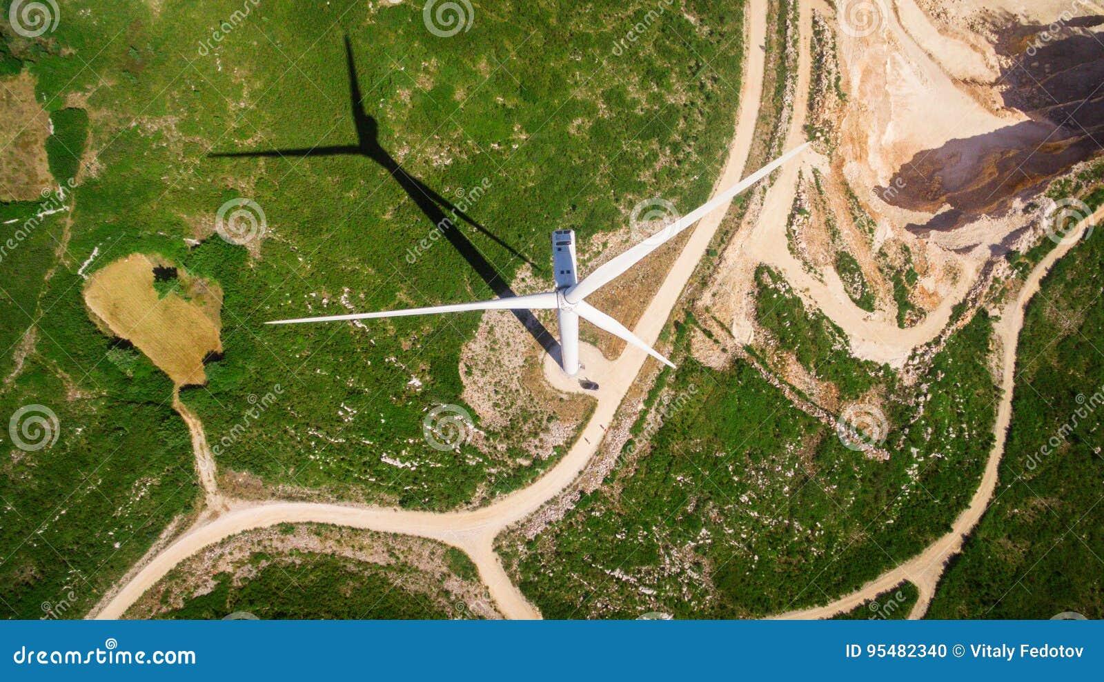 Samochód pod wiatraczkami generatorowymi na polu, Portugalia