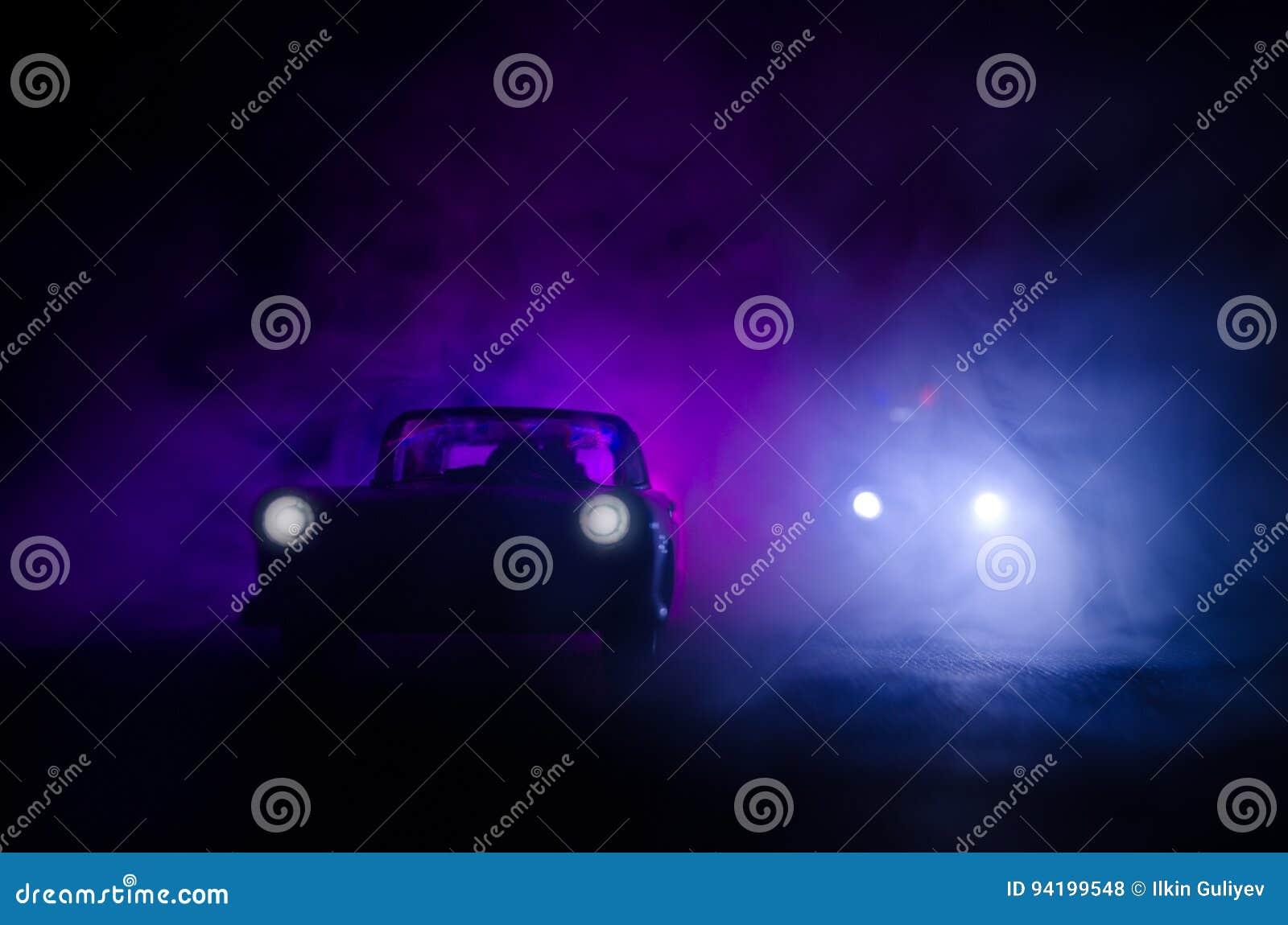 Samochód policyjny goni samochód przy nocą z mgły tłem 911 reakcja w sytuacji awaryjnej samochód policyjny przyśpiesza scena prze