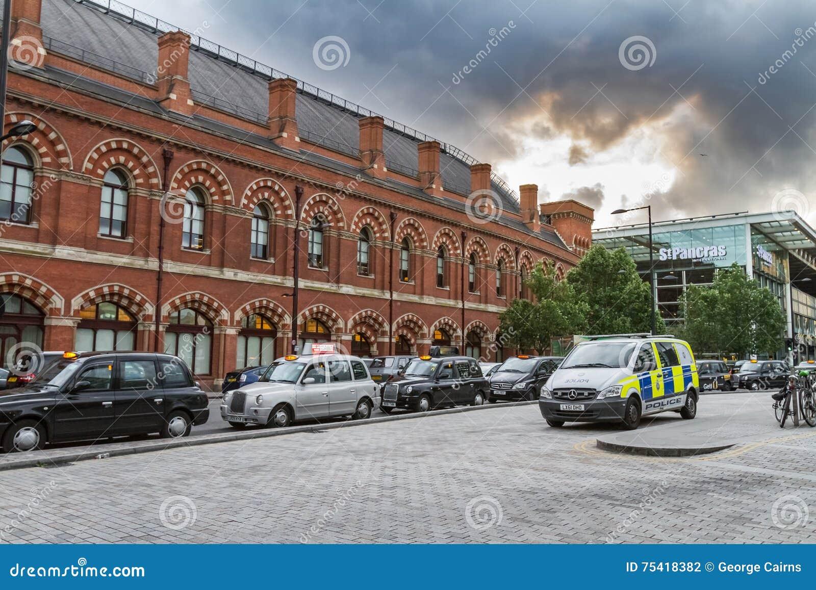 Samochód policyjny i kolejka taxi na zewnątrz królewiątka St Pancras Interantional Przecinającej staci