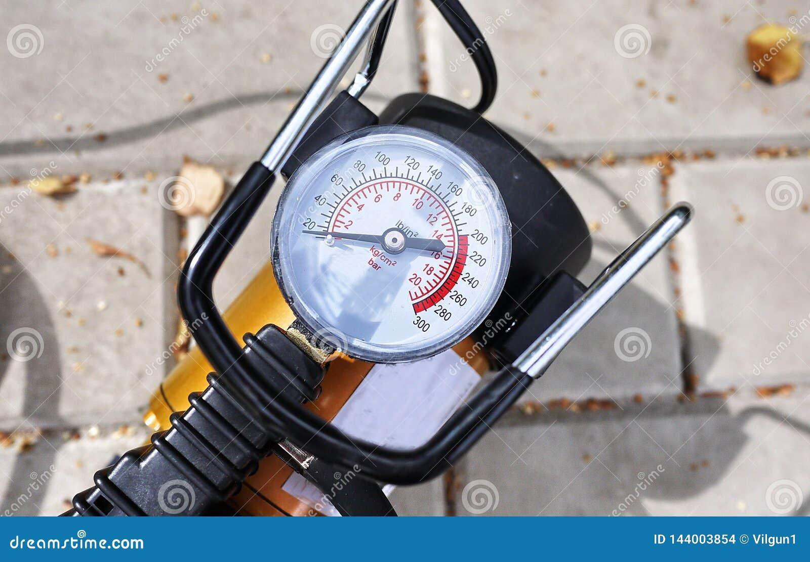 Samochód pompa Automatyczny samochodowy kompresor pomaga ciebie nie tylko ale także pompuje piłkę pompowy powietrze w kołach twój
