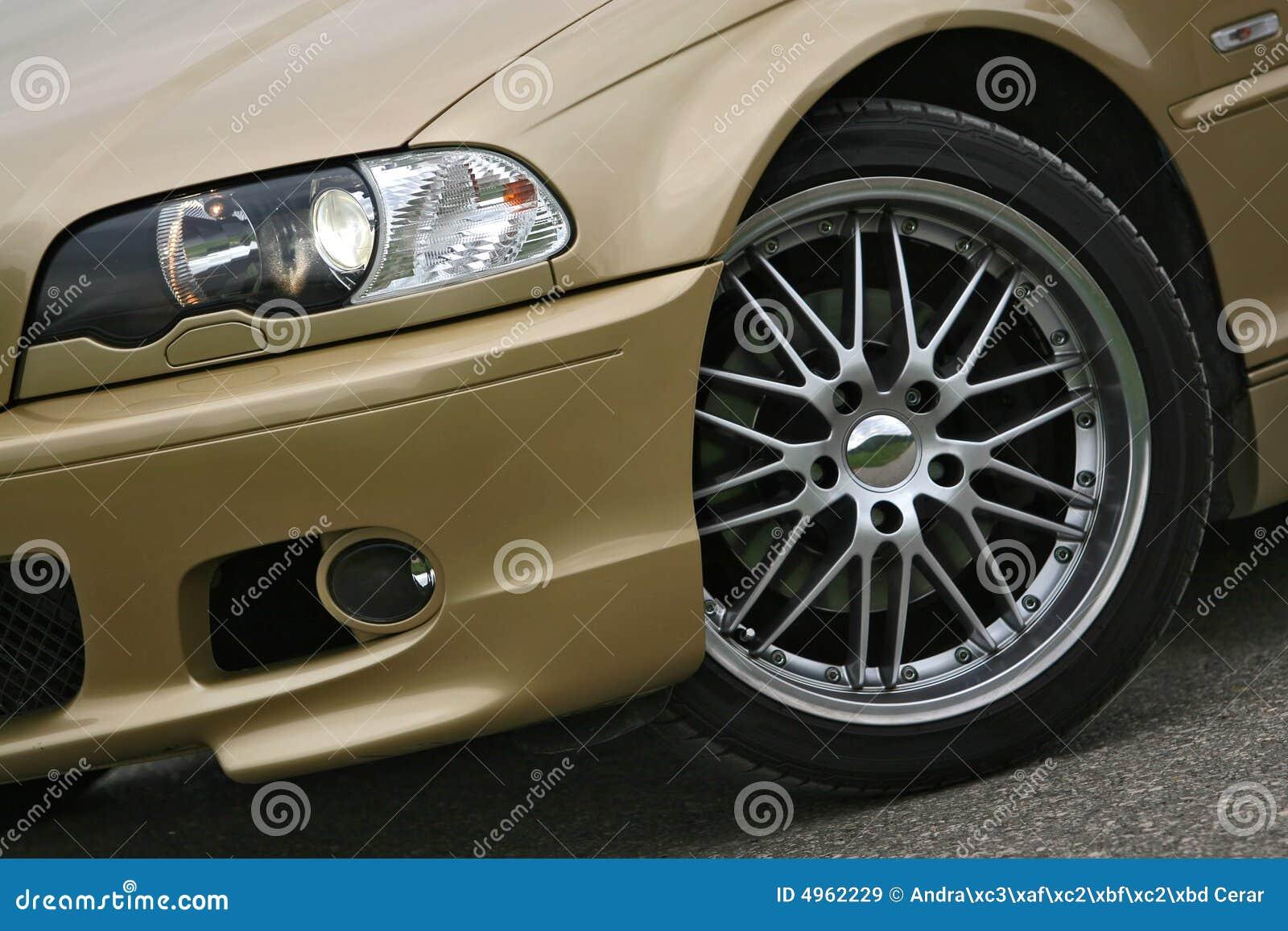 Samochód sportowy stopów złota koła