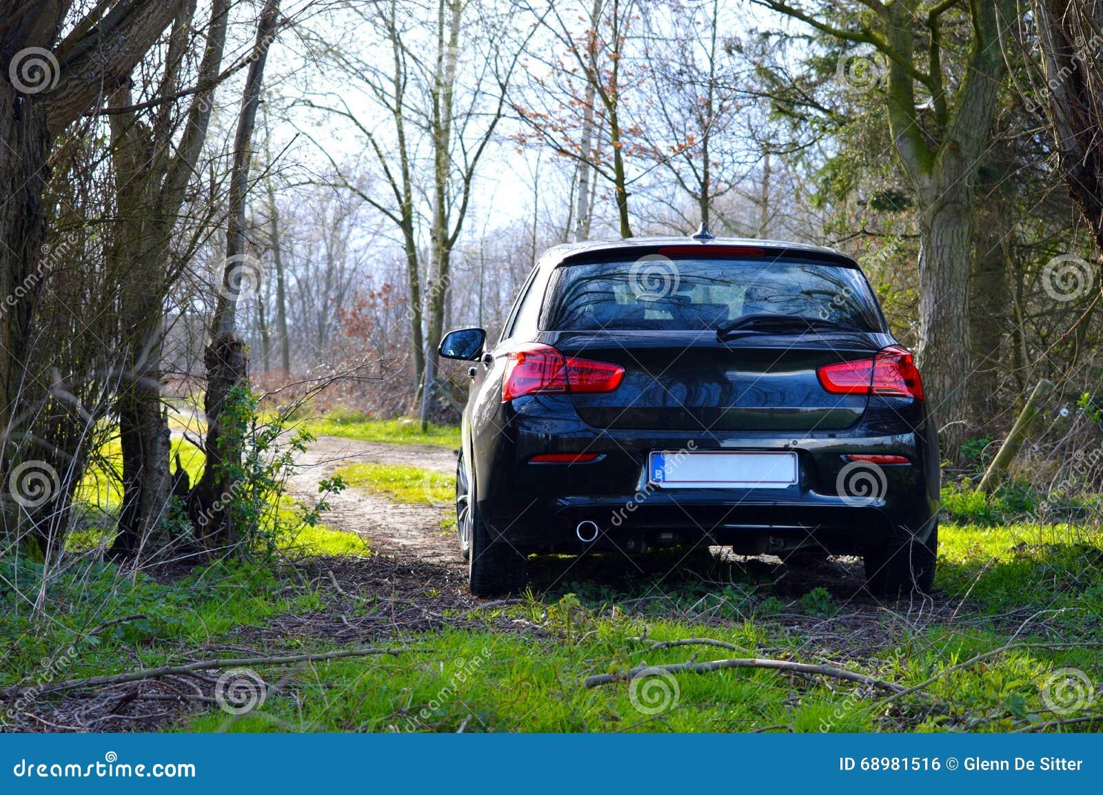 Samochód w małej drodze