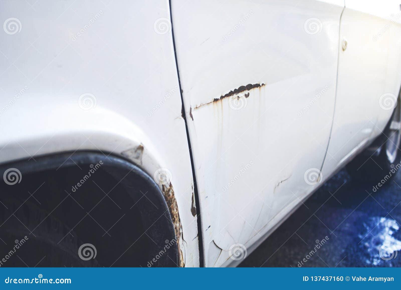 Samochód z wklęśnięciem na kierowca stronie od wypadku samochodowego