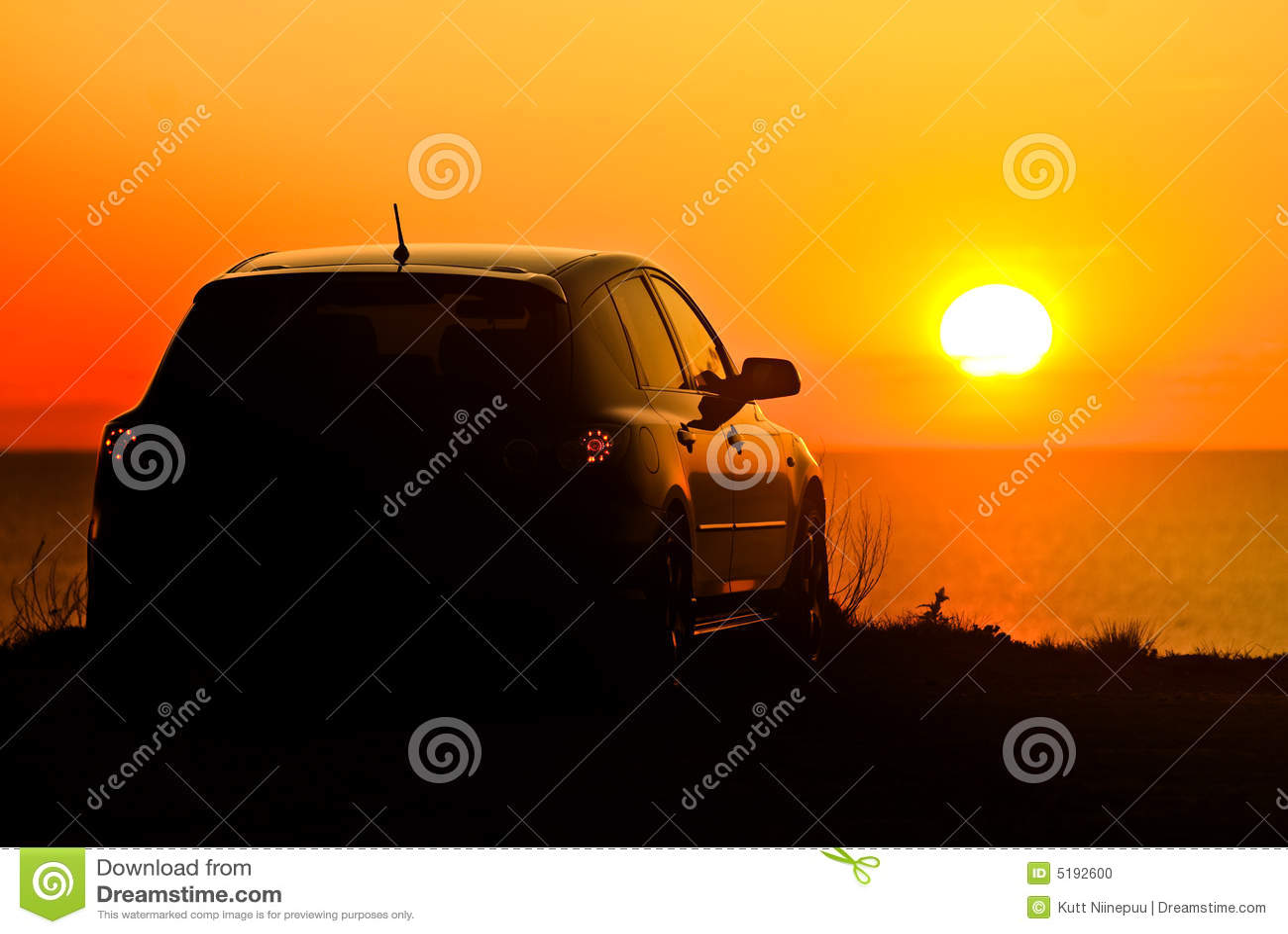 Samochód zachodzącego słońca