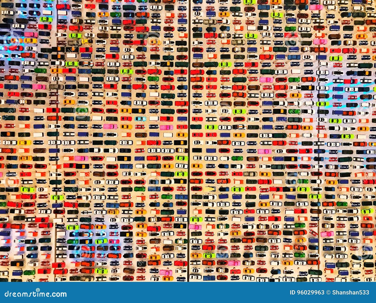 Samochodów modelów przedstawienie na ścianie