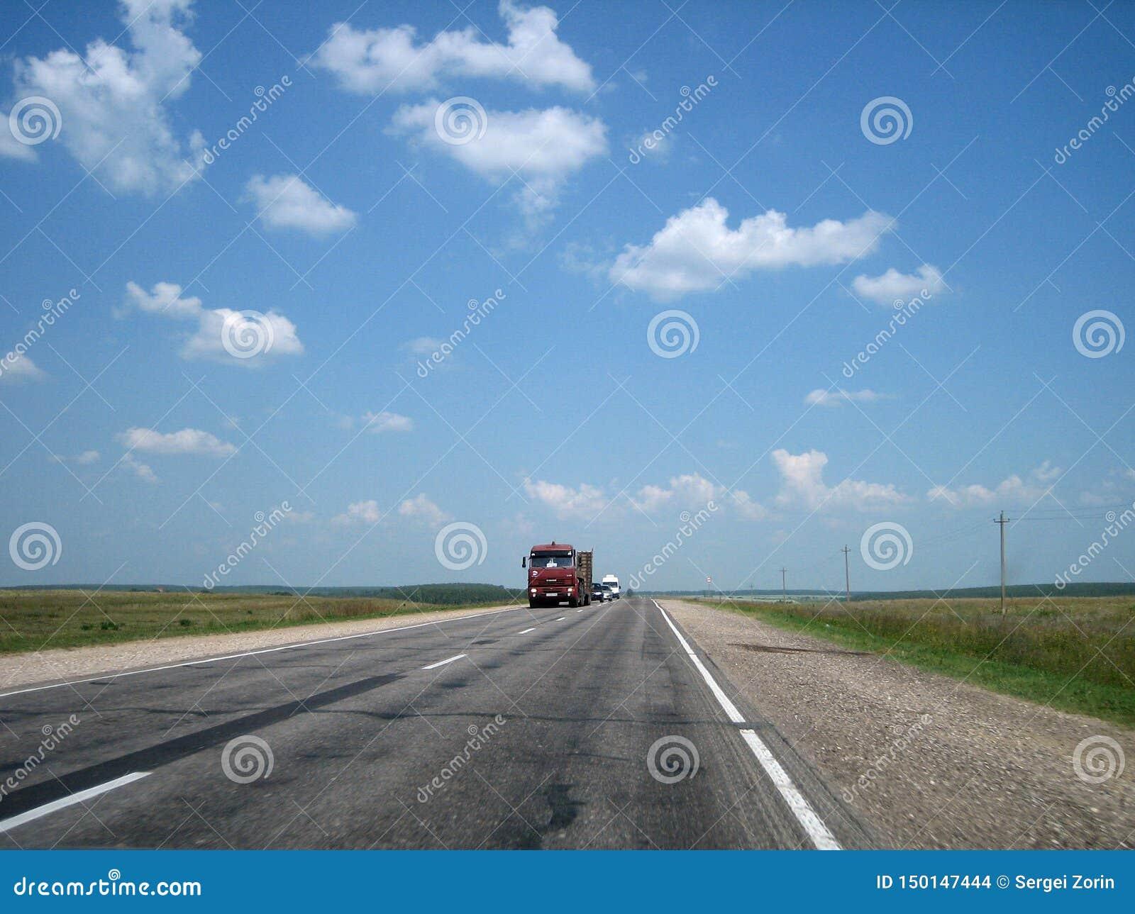 Samochodowa autostrada w pęknięciach iść daleko w odległość na jaskrawym słonecznym dniu