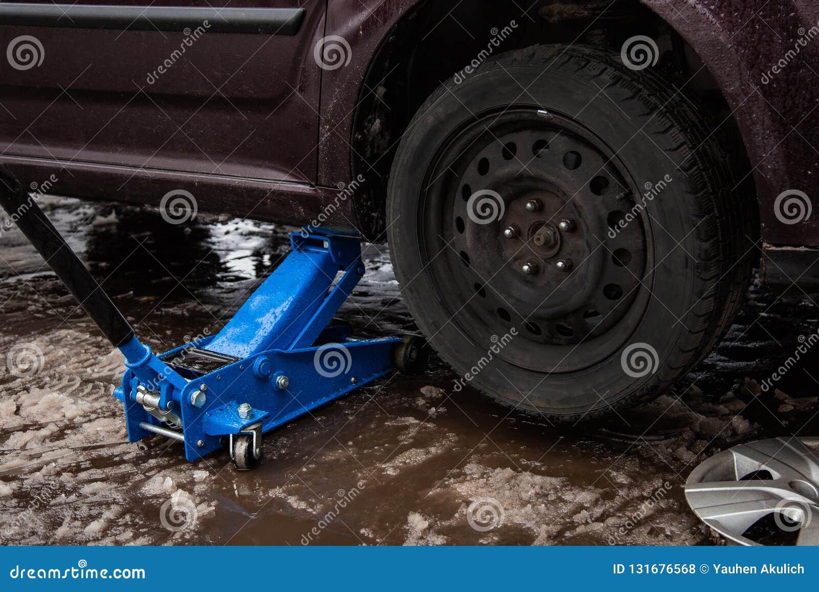 Samochodowa dźwigarka dla w górę podnosić koła, auto naprawa